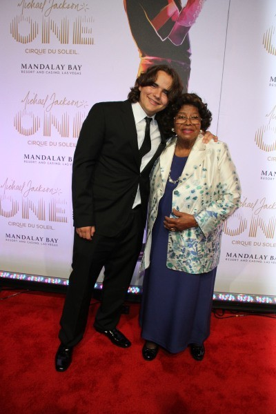 Le fils du Roi de la Pop pose avec sa grand-mère