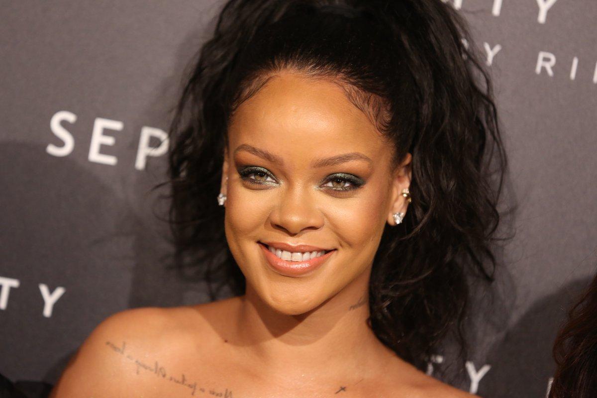 Rihanna en robe ample et sexy pour présenter Fenty Beauty à Paris !